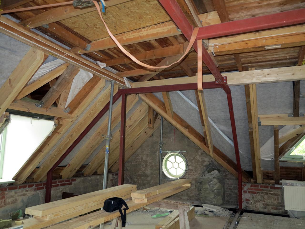 Stahlrahmenkonstruktion zur Unterstützung der Dachtragkonstruktion ...