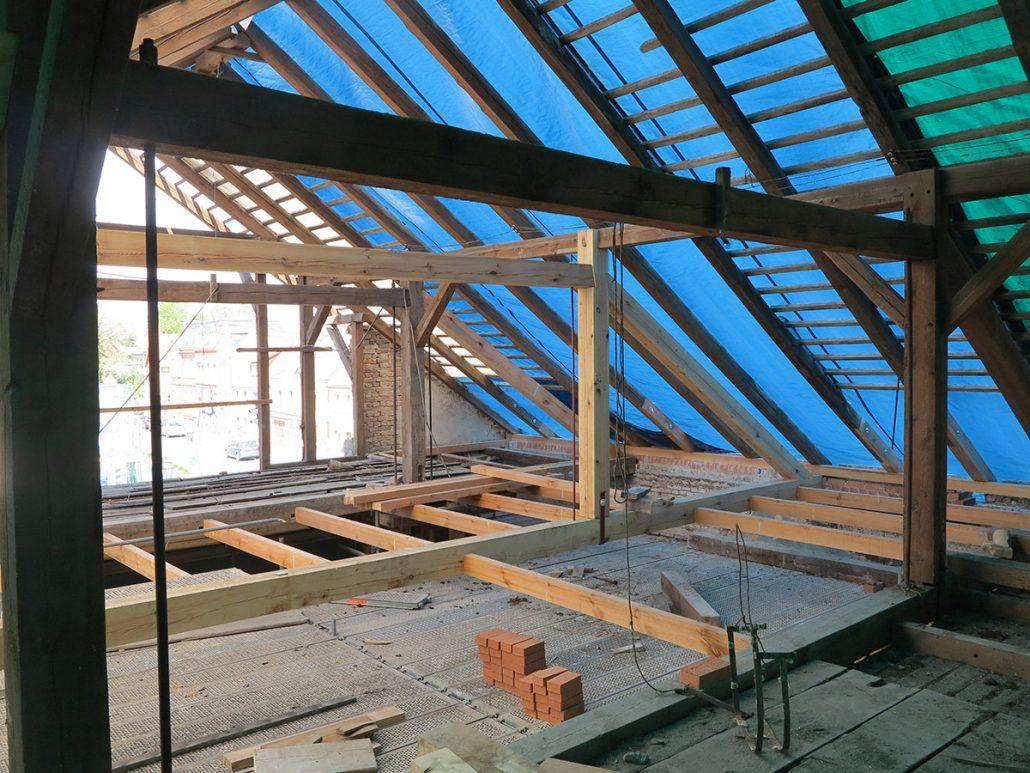 Alter Dachstuhl mit saniertem Sprengewerk